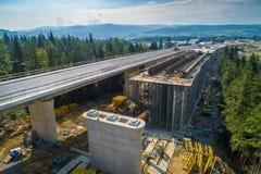 Vista aerea del fuco sulla strada della strada principale in costruzione immagini stock