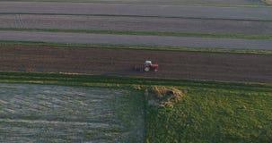 Vista aerea del fuco del trattore che ara campo stock footage