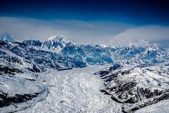 Fiume di ghiaccio che proviene dalle montagne d'Alasca. Fotografia Stock Libera da Diritti