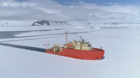 Vista aerea del ghiaccio della rottura del crogiolo di rompighiaccio dell'Antartide archivi video