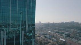 Vista aerea del grattacielo di vetro archivi video