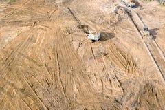 Vista aerea del groujnd di piallatura della scavatrice industriale del sito di riduzione per gli impianti di costruzione immagine stock libera da diritti