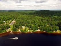 Vista aerea del lago della foresta con ponton Fotografia Stock Libera da Diritti