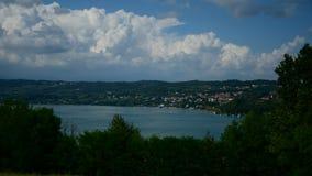 Vista aerea del lago di theViverone Timelapse con zummare moto, italiano nordico archivi video