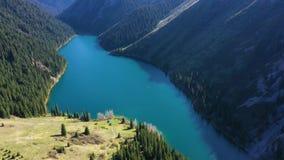 Vista aerea del lago Kolsay, il Kazakistan video d archivio