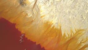Vista aerea del lago tossico sterile a sfruttamento di rame Mescolamento astratto diagonale di colori video d archivio