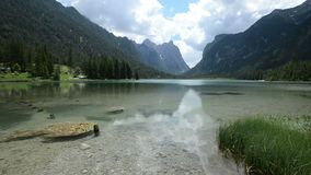 Vista aerea del lago, un video aereo indicativo sopra un bello lago vicino all'acqua vicino alle montagne in un bello video d archivio
