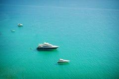 Vista aerea del mare e dell'yacht Nave di navigazione in mezzo all'oceano, vista superiore, fondo di estate Vista stupefacente al Fotografie Stock