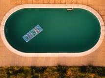 Vista aerea del materasso gonfiabile nella piscina Immagine Stock Libera da Diritti