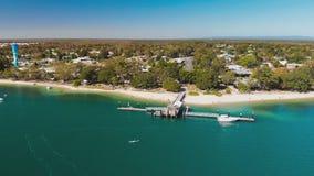 Vista aerea del molo di Bongaree sull'isola di Bribie, Australia archivi video