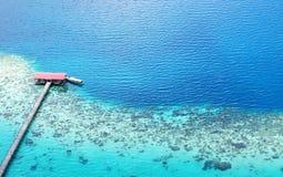 Vista aerea del molo verso l'oceano Fotografie Stock Libere da Diritti