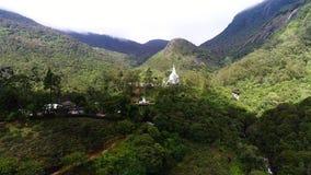 Vista aerea del monastero con il tempio antico nella valle nello Sri Lanka archivi video