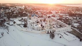 Vista aerea del monastero di Vysotskiy ad alba in Serpuchov archivi video