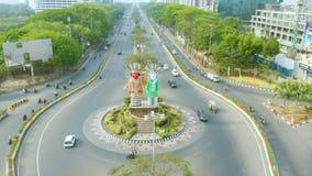 Vista aerea del monumento di Ondel-Ondel a Jakarta stock footage