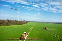Vista aerea del mulino a vento e dei trattori Immagini Stock