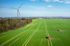 Vista aerea del mulino a vento e dei trattori Fotografia Stock Libera da Diritti