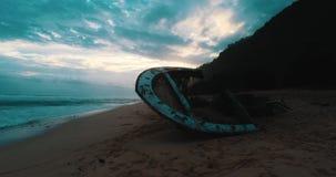 Vista aerea del naufragio alla spiaggia durante il tramonto stupefacente video d archivio