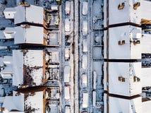 Vista aerea del nevicato di nella periferia tradizionale dell'alloggio in Inghilterra Immagine Stock