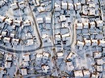 Vista aerea del nevicato di nella periferia tradizionale dell'alloggio in Inghilterra Immagine Stock Libera da Diritti