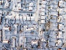 Vista aerea del nevicato di nella periferia tradizionale dell'alloggio in Inghilterra Fotografia Stock Libera da Diritti