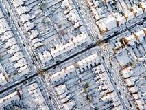 Vista aerea del nevicato di nella periferia tradizionale dell'alloggio in Inghilterra Immagini Stock