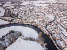Vista aerea del nevicato di nella periferia tradizionale dell'alloggio in Inghilterra Fotografia Stock