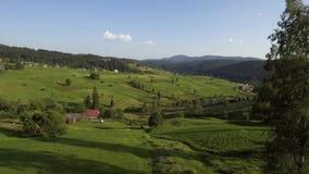 Vista aerea del paesaggio con il piccolo villaggio in montagne archivi video