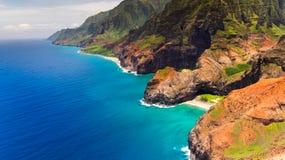 Vista aerea del paesaggio dell'arco di Honopu alla linea costiera del Na Pali, Kauai Fotografie Stock