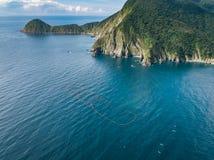 Vista aerea del paesaggio della costa di Wushihbi - uso di vista di occhio di uccelli il fuco alla luce solare luminosa di mattin fotografia stock libera da diritti