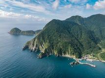 Vista aerea del paesaggio della costa di Wushihbi - uso di vista di occhio di uccelli il fuco alla luce solare luminosa di mattin fotografie stock libere da diritti