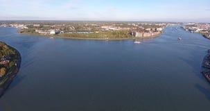 Vista aerea del paesaggio della natura e dell'acqua, area di Walburg, Dordrecht, Paesi Bassi stock footage