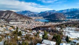 Vista aerea del paesaggio di inverno del lago Ceresio, delle alpi svizzere e del villaggio Cadegliano Viconago in provincia di Va Fotografia Stock Libera da Diritti