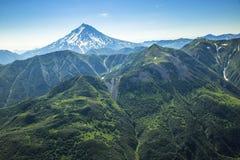 Vista aerea del paesaggio di Kamchatka la terra dei vulcani e delle valli verdi fotografia stock