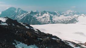 Vista aerea del paesaggio nevoso della montagna rocciosa della natura pittoresca archivi video
