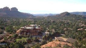 Vista aerea del paesaggio rurale con una casa di lusso qui sotto archivi video
