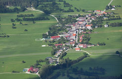 Vista aerea del paesino di montagna Immagini Stock Libere da Diritti