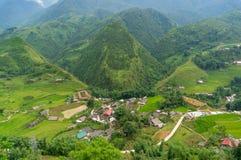 Vista aerea del paesino di montagna a distanza della campagna fra il te del riso Immagine Stock Libera da Diritti