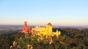 Vista aerea del parco e del palazzo nazionale di Pena, Portogallo stock footage