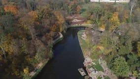 Vista aerea del parco nazionale Sofiyivka di Dendrological in Uman, Ucraina Metraggio del fuco 4K video d archivio