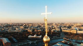 Vista aerea del Peter e di Paul Fortress a St Petersburg, il centro storico della citt? Volando intorno ad un angelo sopra stock footage