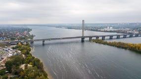 Vista aerea del ponte attraverso il fiume di Dnieper a Kiev fotografie stock libere da diritti
