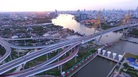 Vista aerea del ponte di Bhumiphol che attraversa il punto di riferimento importante del fiume di Chaopraya e traffico e trasport stock footage