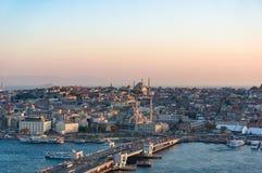 Vista aerea del ponte di Galata della baia dorata e di Eminonu di Horn immediatamente immagini stock