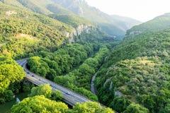 Vista aerea del ponte e della strada sopra il fiume Pinios Immagine Stock