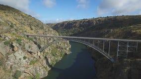Vista aerea del ponte del ferro sopra il canyon con la camminata turistica video d archivio