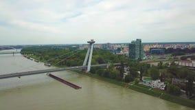 Vista aerea del ponte sopra il Danubio La maggior parte del ponte del UFO o di SNP archivi video