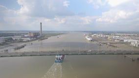 Vista aerea del ponte sospeso e del fiume video d archivio