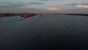 Vista aerea del porto del fiume della porta da sopra il tramonto o l'alba vivo con l'alzavola piacevole e colori arancio - bello  stock footage