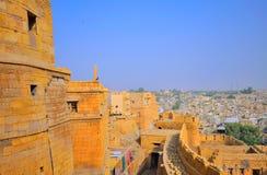 Vista aerea del portone e della città dell'entrata dalla fortificazione del jaisalmer fotografia stock libera da diritti