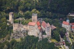 Vista aerea del primo piano del castello medievale Hardegg in Austria fotografia stock